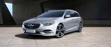 New Opel Insignia Sports Tourer, сребърен, на фона на надземен паркинг