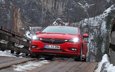 Движете се безопасно в тъмния сезон с иновативните решения на Opel в областта на светлините